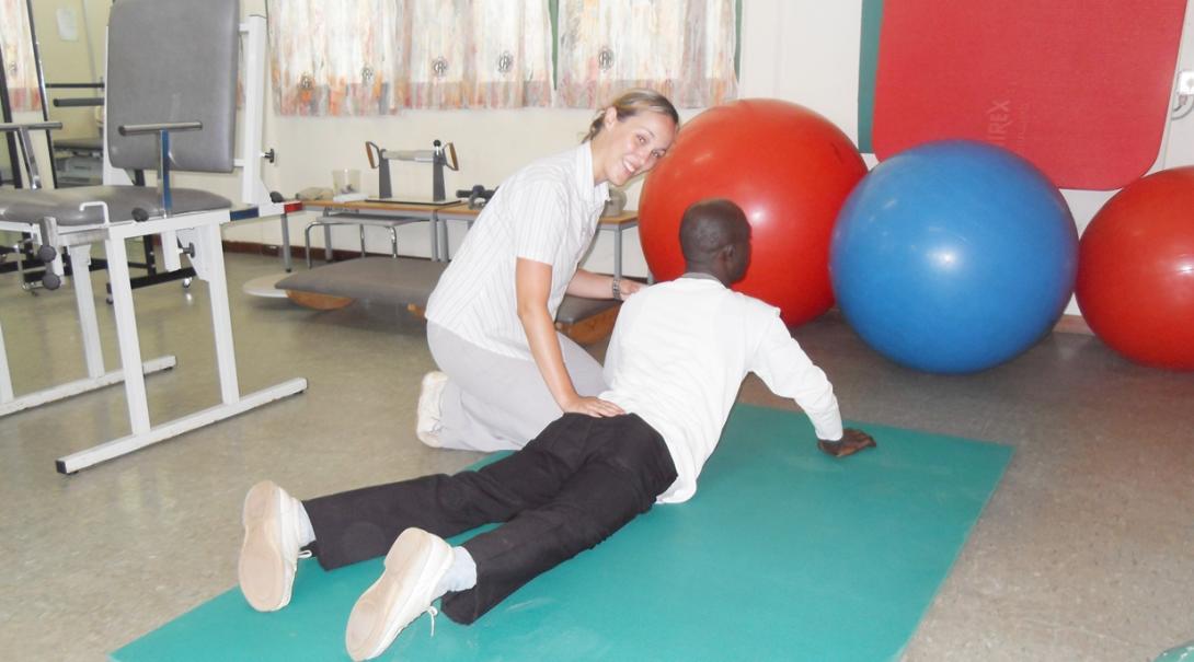 ガーナの患者のリハビリにあたる現役理学療法士インターン